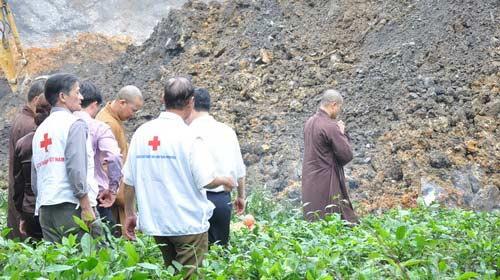 Cầu siêu cho nạn nhân vụ sạt lở mỏ than - 1