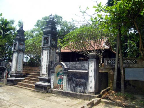Rắn hổ chúa quấn nhau chết gần đền thiêng - 1