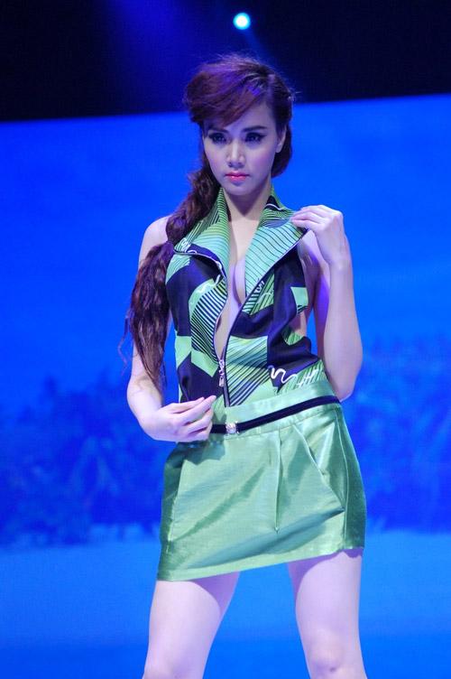 """Trang Nhung """"liều mạng"""" khoe ngực? - 8"""