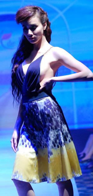 """Trang Nhung """"liều mạng"""" khoe ngực? - 6"""