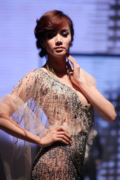 """Trang Nhung """"liều mạng"""" khoe ngực? - 3"""