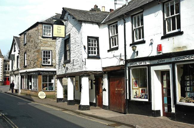 Điểm nhấn của thị trấn là những ngôi nhà cổ xinh xắn.
