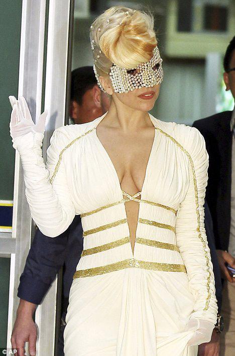 Lady Gaga khoe ngực lỏng lẻo ở Hàn Quốc - 4