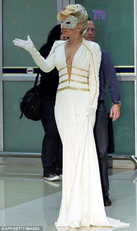 Lady Gaga khoe ngực lỏng lẻo ở Hàn Quốc - 2