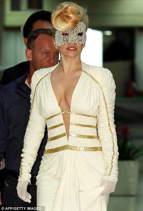 Lady Gaga khoe ngực lỏng lẻo ở Hàn Quốc - 8