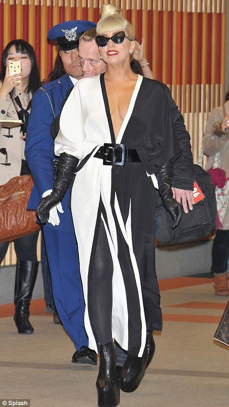 Lady Gaga khoe ngực lỏng lẻo ở Hàn Quốc - 13
