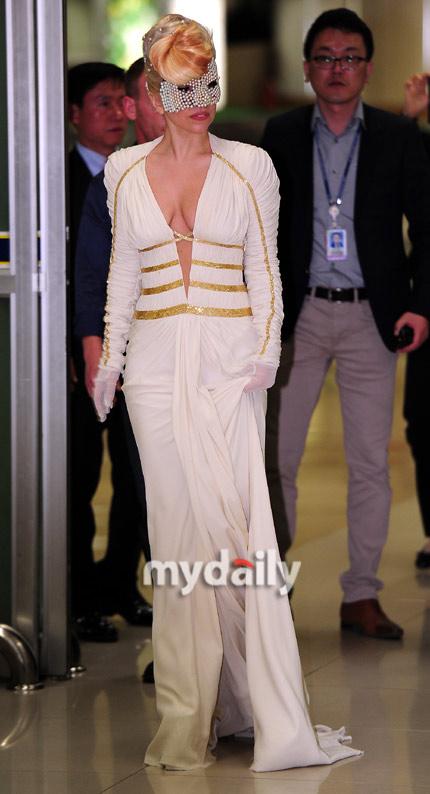 Lady Gaga khoe ngực lỏng lẻo ở Hàn Quốc - 6