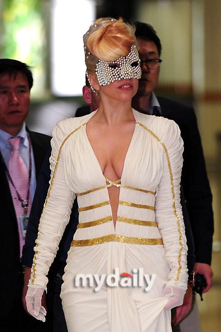 Lady Gaga khoe ngực lỏng lẻo ở Hàn Quốc - 7