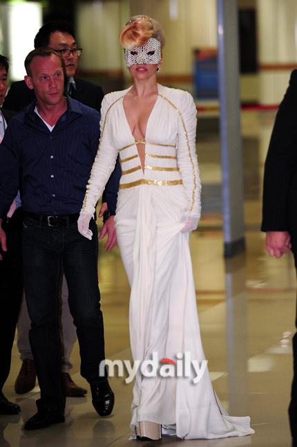 Lady Gaga khoe ngực lỏng lẻo ở Hàn Quốc - 5