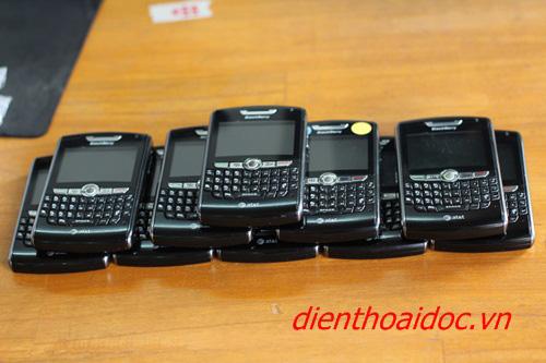 """Người dân """"đổ xô"""" đi mua Blackberry & Iphone! - 1"""