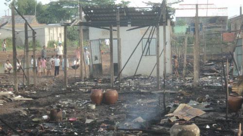Hỏa hoạn thiêu rụi 34 căn nhà của người Khmer - 1