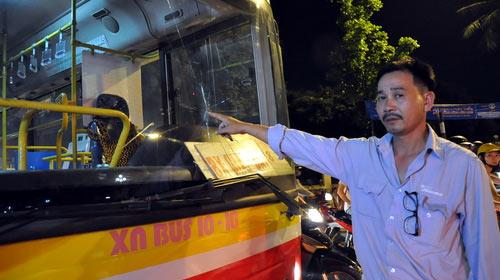 Côn đồ chặn xe buýt, hành hung tài xế - 1