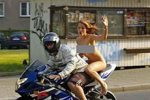 Thản nhiên khỏa thân ngồi mô tô lượn phố - 1
