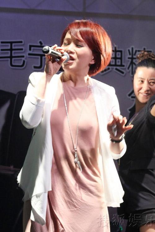 """Nữ ca sỹ Trung Quốc """"đãi mắt"""" khán giả - 4"""