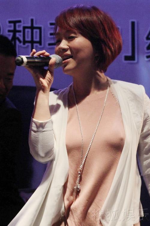 """Nữ ca sỹ Trung Quốc """"đãi mắt"""" khán giả - 2"""