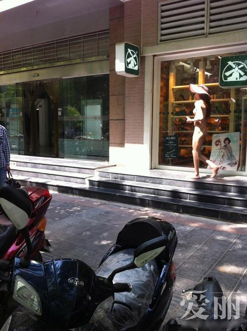 Sốc: Thiếu nữ khỏa thân dạo phố - 6