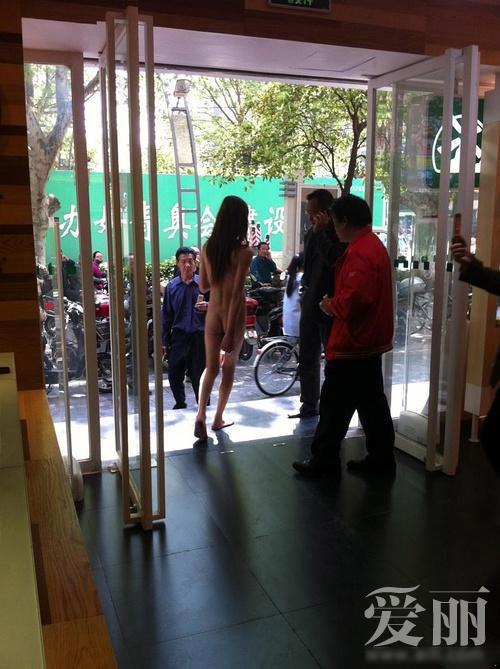 Sốc: Thiếu nữ khỏa thân dạo phố - 5