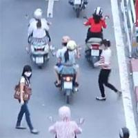 """Những cách """"vượt cầu vượt"""" lạ lùng ở Hà Nội"""