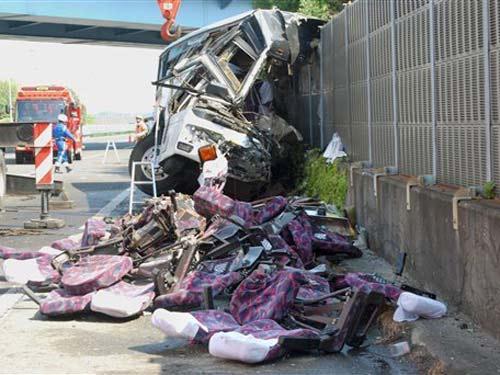 Nhật: Xe buýt gặp nạn, 46 người thương vong - 1