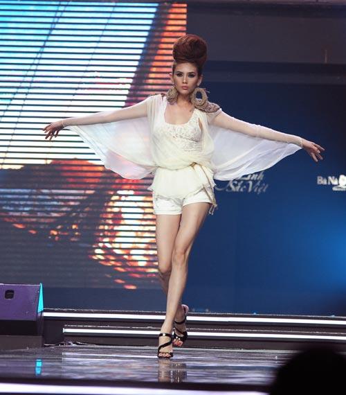 Trương Thị May diện quần chẽn bện dây - 12