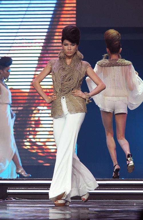 Trương Thị May diện quần chẽn bện dây - 7