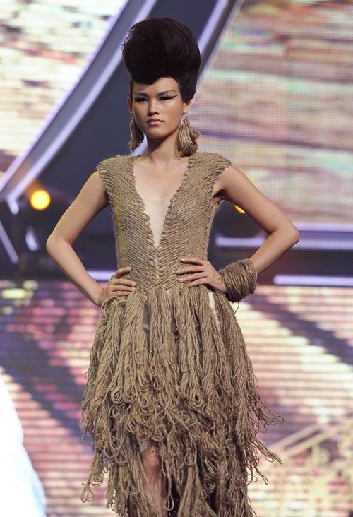 Trương Thị May diện quần chẽn bện dây - 10