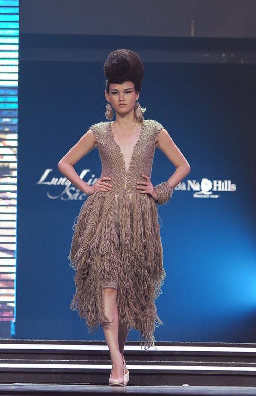 Trương Thị May diện quần chẽn bện dây - 11