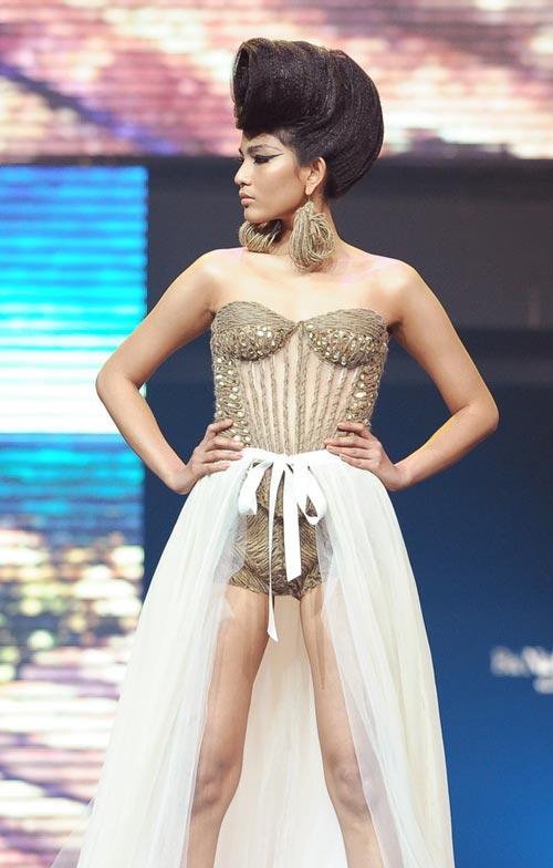 Trương Thị May diện quần chẽn bện dây - 1