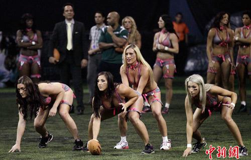 Mặc nội y chơi bóng bầu dục - 5