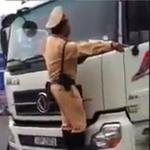 Tin tức trong ngày - Điều tra clip CSGT đu trước mũi xe tải