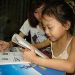 Giáo dục - du học - Bé gái học lớp 1 cận 20 đi-ốp