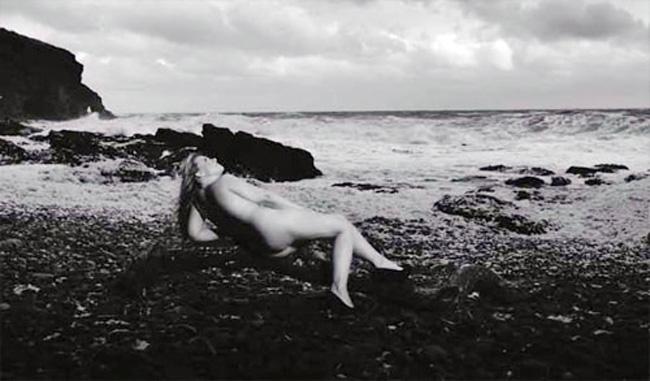 Những người phụ nữ châu Âu cũng là những người thường xuyên chụp những bộ ảnh lịch nude vì một mục đích làm từ thiện hoặc để tuyên truyền. Một người vợ vì muốn tuyên truyền ung thu u não (vì chồng cô bị mắc chính căn bệnh này) đã thực hiện bộ ảnh lịch nude.