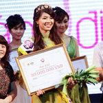 Bạn trẻ - Cuộc sống - Hoa khôi Ngoại giao ẵm giải Miss Travel 2012