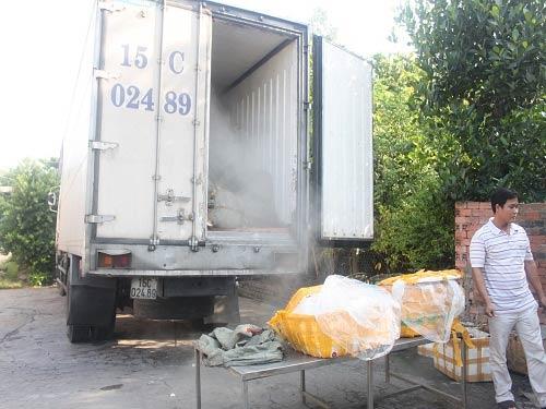 Bắt giữ xe tải chở gần 14 tấn thịt thối - 6