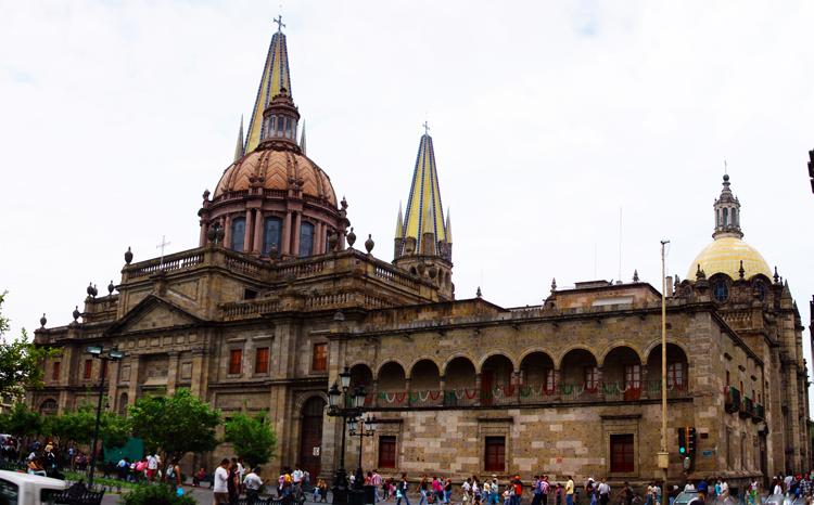 Nhà thờ Guadalajara mang kiến trúc cổ kính với nhiều nét chạm khắc tinh xảo.