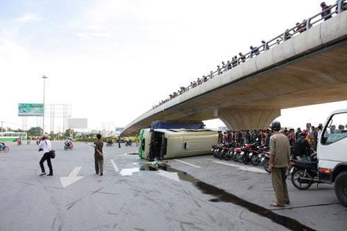 Xe tải húc văng xe khách, 13 người bị thương - 1