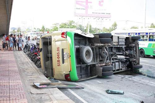 Xe tải húc văng xe khách, 13 người bị thương - 2