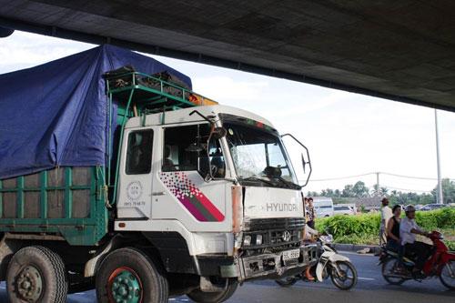 Xe tải húc văng xe khách, 13 người bị thương - 3