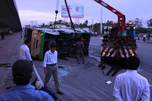Xe tải húc văng xe khách, 13 người bị thương - 4