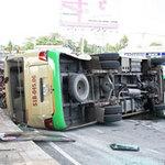 Tin tức trong ngày - Xe tải húc văng xe khách, 13 người bị thương