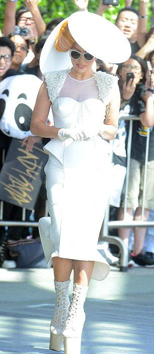 Lady Gaga lúc thanh lịch khi cá tính - 3