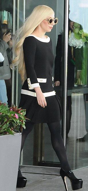 Lady Gaga lúc thanh lịch khi cá tính - 7