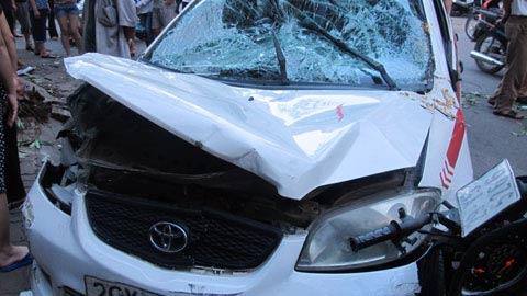 Xe ôm nổi hứng lái taxi gây tai nạn - 2