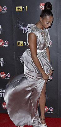 Rihanna táo bạo khoe 90% cơ thể - 17