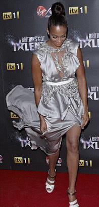 Rihanna táo bạo khoe 90% cơ thể - 18