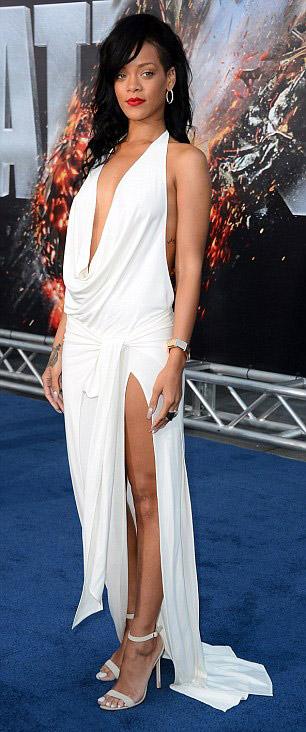 Rihanna táo bạo khoe 90% cơ thể - 2