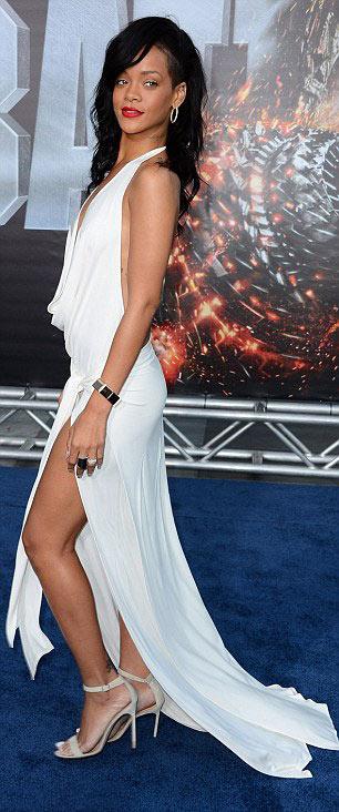 Rihanna táo bạo khoe 90% cơ thể - 3