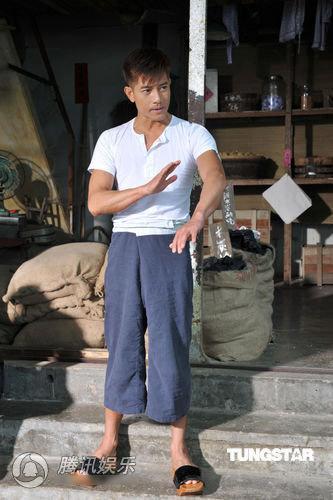 Quách Phú Thành vừa cõng con vừa giặt giũ - 5