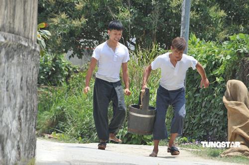 Quách Phú Thành vừa cõng con vừa giặt giũ - 2