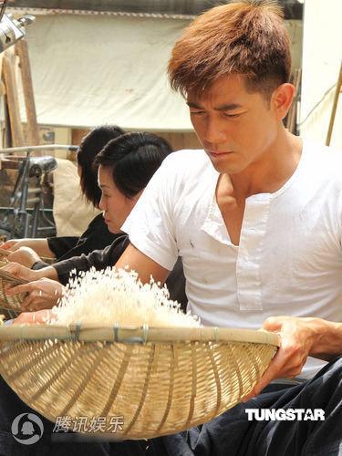 Quách Phú Thành vừa cõng con vừa giặt giũ - 4